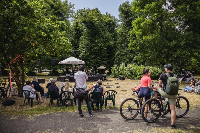 Święto Wielkiej Alei 2021 w Parku Steffensów na Aniołkach. Kilka miesięcy temu właśnie w tym parku zdarzył się bulwersujący akt wycięcia kilku starych drzew przez inwestora. To coraz częstsze zachowania - osoby nie szanujące zieleni korzystają z tego, że władze państwowe kilka lat temu obniżyły kary w ramach tzw. Lex Szyszko. Dla Miasta sytuacja w Parku Steffensów była jednym z impulsów do stworzenia takich zasad, które lepiej by chroniły zieleń w mieście i służyły jednocześnie jej rozwojowi