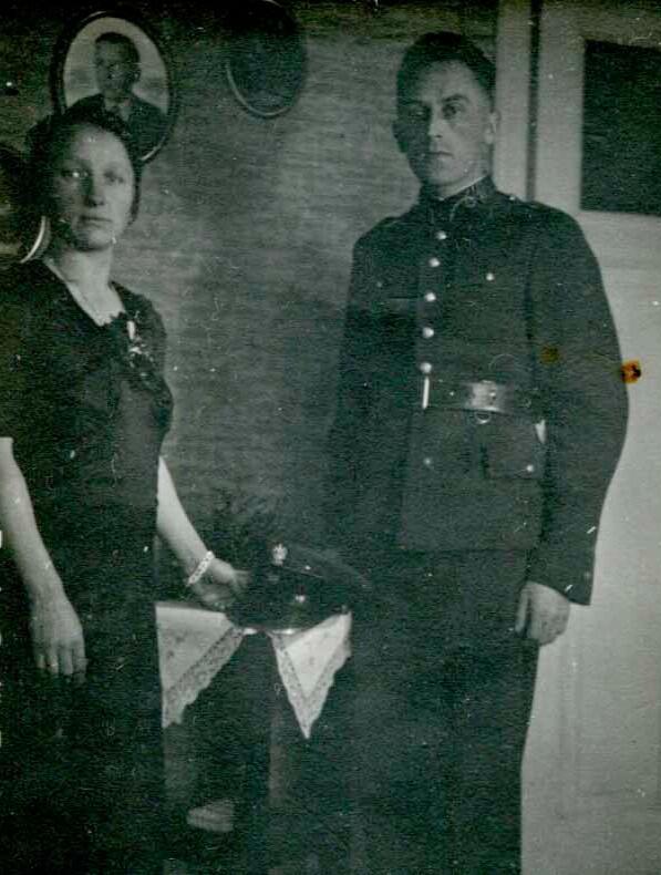 Alojzy Swiniarski z żoną Gertrudą w swoim mieszkaniu przy ulicy Wałowej, koniec lat trzydziestych