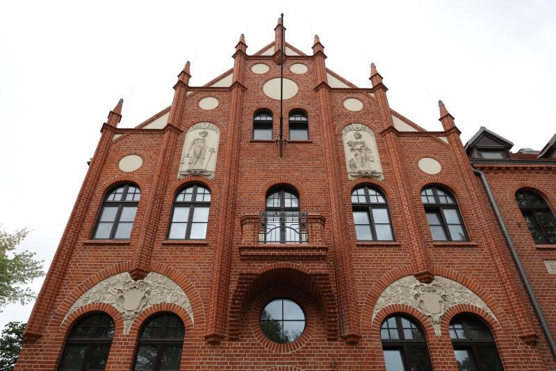 Budynek z cegły, z wieżyczkami, Ratusz Oruński