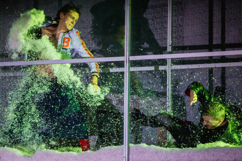 """Premiera na Solidarity of Arts: """"Śnieg"""" w reżyserii Bartosza Szydłowskiego na scenie Gdańskiego Teatru Szekspirowskiego. Po weekendzie spektakl prezentowany będzie w innych miastach Polski"""