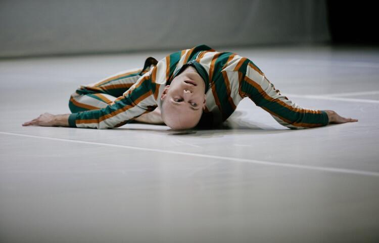 Marcin Motyl to tancerz, choreograf i performer. Miał okazję współpracować z takimi twórcami, jak Ohad Naharin, Jo Strømgren czy Veronika Riz