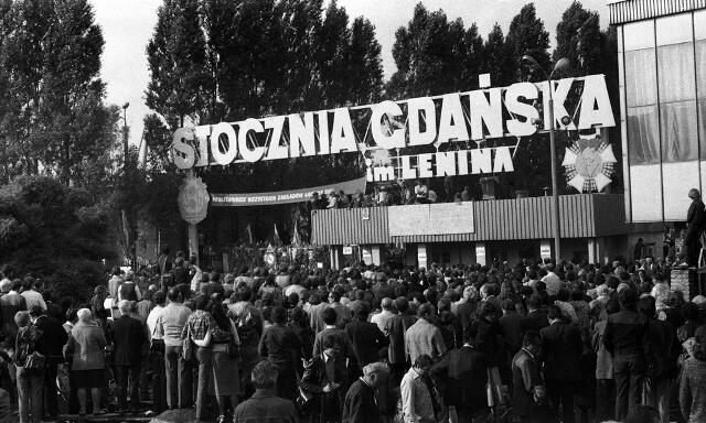 """Prof. Jerzy Bartmiński: - Hasło """"solidarność"""", zaczerpnięte z tradycji ludowej i chrześcijańskiej, wypromował w skali Europy i świata ruch robotniczy zainicjowany w roku 1980 strajkiem stoczniowców w Gdańsku"""