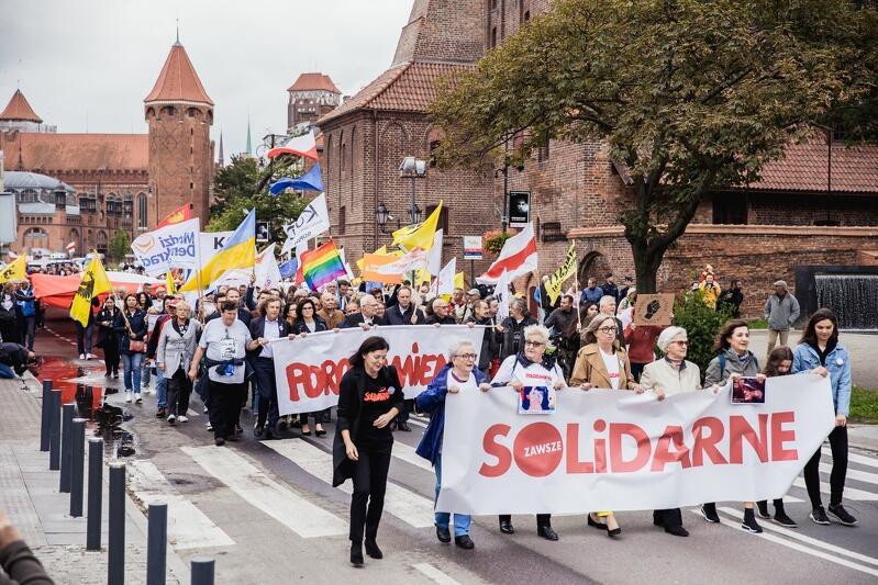 Marsz Porozumienie 2021 zmierza w kierunku Placu Solidarności
