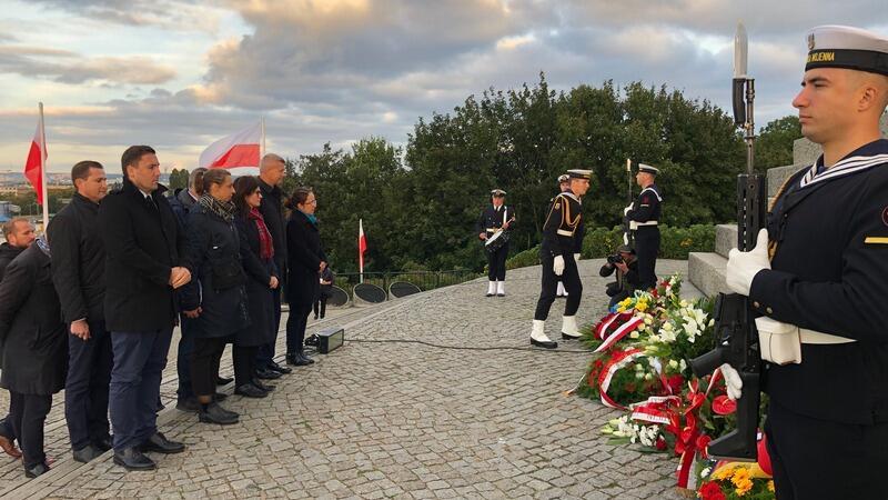 Prezydent Gdańska Aleksandra Dulkiewicz, wiceprezydenci, radni składają kwiaty pod Pomnikiem Obrońców Wybrzeża na Westerplatte