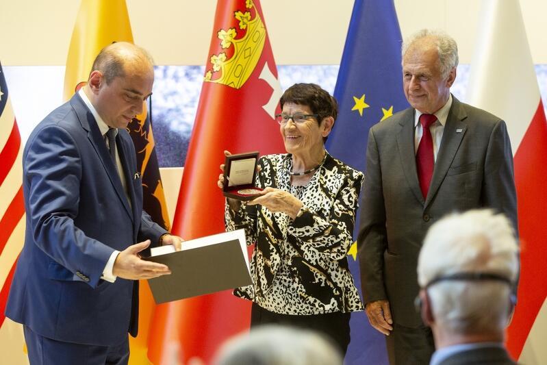 Prof. Rita Süssmuth przyjmuje medal wdzięczności z rąk Basila Kerskiego. Po lewej stoi Bogdan Lis