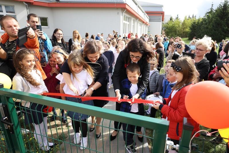 Prezydent Gdańska Aleksandra Dulkiewicz otwierała wraz z uczniami SP 8 nowy plac zabaw