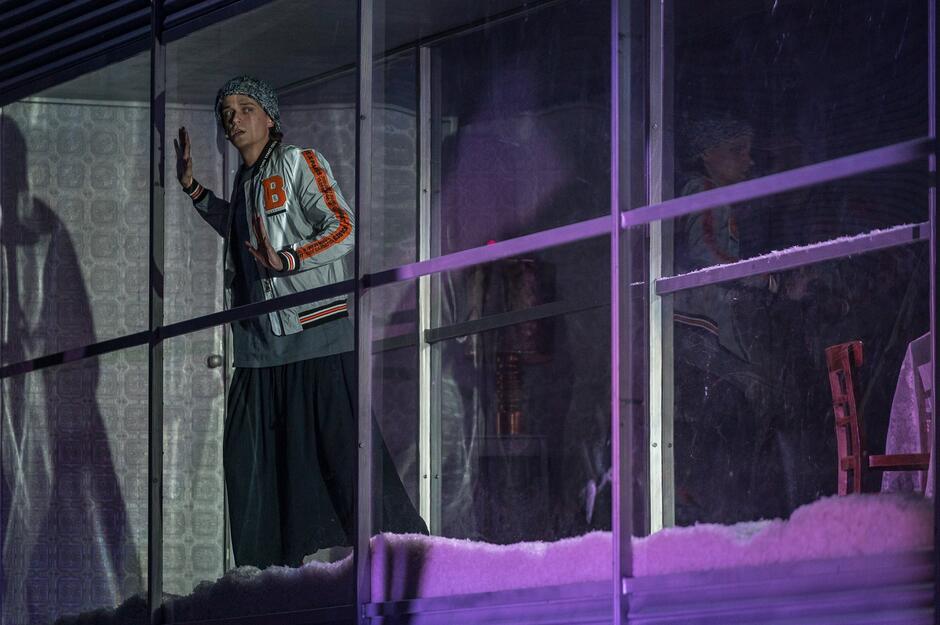 Gdy w Kars rozpętuje się śnieżyca, która odcina miasteczko od reszty świata, nadchodzi rewolucja, a do głosu dochodzą nacjonaliści, fanatycy religijni i terroryści