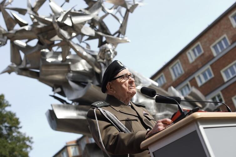Kapitan w stanie spoczynku, Henryk Bajduszewski, żołnierz II Korpusu Polskich Sił Zbrojnych na Zachodzie: starajmy się usilnie walczyć o pokój na świecie, obronę klimatu, prawa obywatelskie i równe, humanitarne traktowanie wszystkich ludzi