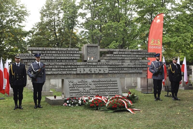 Ostatnim punktem miejskich obchodów 82. rocznicy wybuchu II wojny światowej była uroczystość na cmentarzu Ofiar Terroru Hitlerowskiego, który mieści się we Wrzeszczu