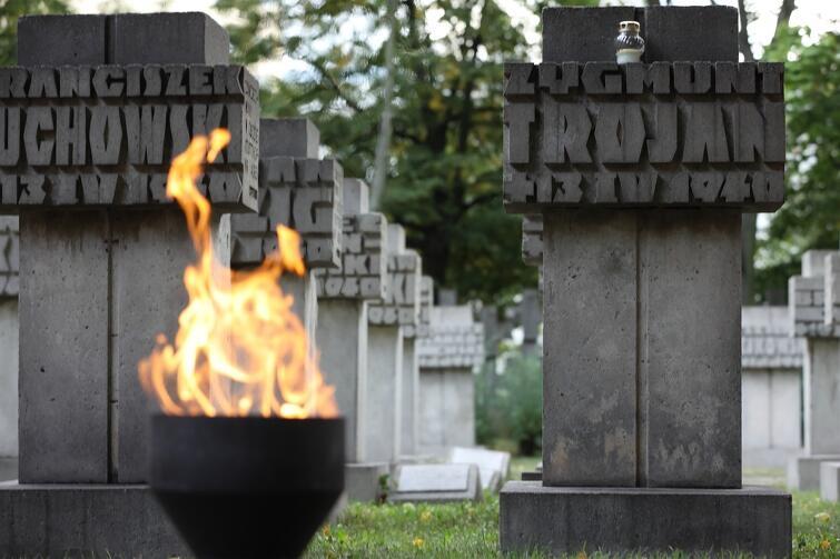 Na cmentarzu przy ul. Chrobrego pochowani są m.in. pocztowcy - obrońcy Poczty Polskiej w Gdańsku