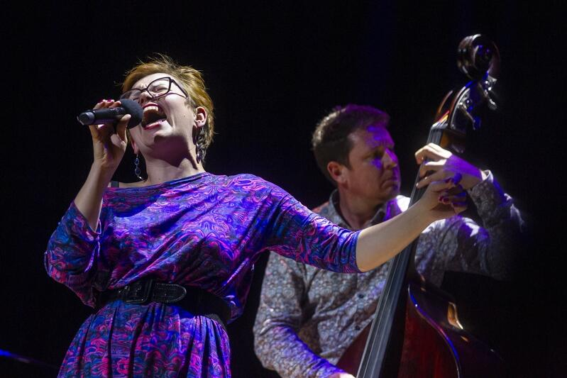 """Koncert """"Dziękujemy!"""" w Filharmonii Bałtyckiej zgromadził śmietankę artystów. Wystąpiła m.in. Joanna Knitter z projektem Blues & Folk Connection"""