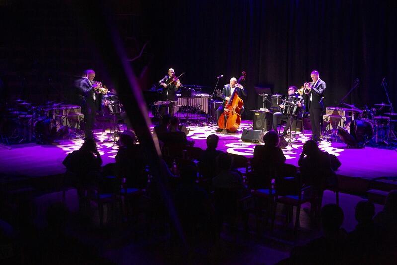 Oprócz znakomitych wokalistek jazzowych wystąpiły wybitne śpiewaczki operowe - jak Katarzyna Hołysz, która przez wiele lat była główną diwą Opery Bałtyckiej, czy Anna Federowicz, która jest solistką w Teatrze Muzycznym w Poznaniu, a także zespoły takie jak Zagan Acoustic (na zdjęciu)