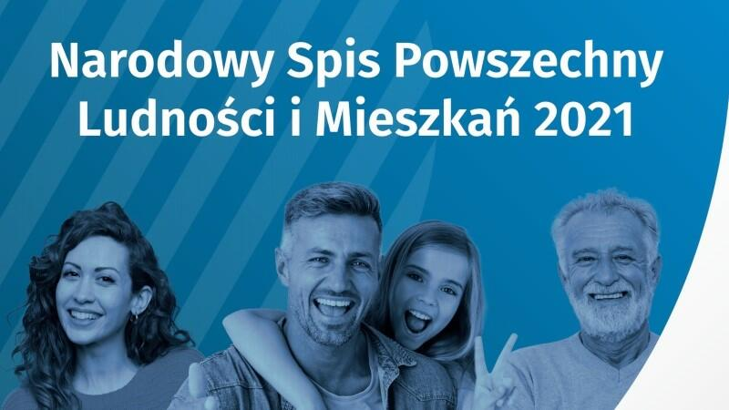 Ilustracja utrzymana w kolorystyce niebiesko-granatowo-białej. W górnej części znajduje się napis: Narodowy Spis Powszechny Ludności i Mieszkań 2021. Poniżej widzimy pokazane od wysokości ramion cztery uśmiechnięte postaci. Od lewej: młoda kobieta, młody mężczyzna z dziewczynkę, która obejmuje go od tyłu za szyję, starszy mężczyzna z siwą brodą
