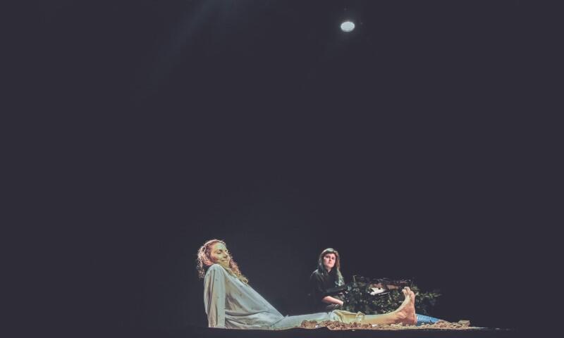 """W poniedziałek, 30 września 2021 r., w Klubie Żak odbyło się czytanie performatywne sztuki """"Woda w usta"""", trójmiejskiej dramatopisarki Sandry Szwarc, w jej reżyserii. W roli głównej wystąpiła Edyta Janusz-Ehrlich"""