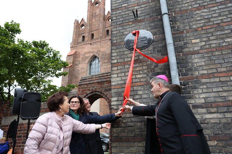 Odsłonięcie pamiątkowej tablicy na budynku klasztoru dominikanów