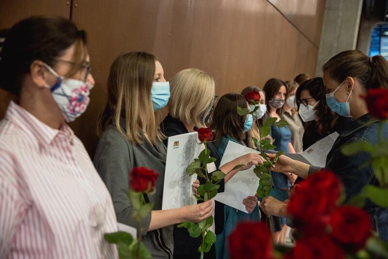 Prezydent Aleksandra Dulkiewicz i zastępczyni Monika Chabior wręczyły akty nadania stopnia nauczyciela mianowanego 114 gdańskim nauczycielkom i nauczycielom