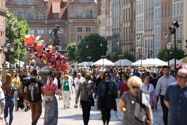 Ulica Długi Targ w Gdańsku, lato, tłum spacerowiczów