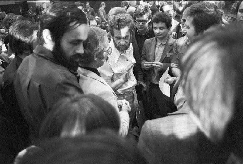 """Na I Krajowy Zjazd Delegatów NSZZ """"Solidarność"""", który odbył się jesienią 1981 roku w gdańskiej hali Olivia przyjechało 896 demokratycznie wybranych delegatów z całej Polski. Byli też goście z zagranicy. [Na zdjęciu w centrum Lech Kaczyński]"""