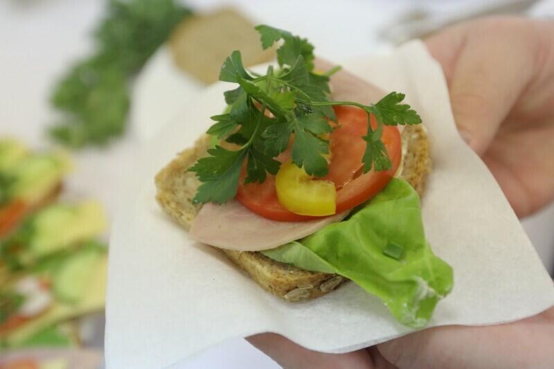 Kanapka z sałatą, szynką i plastrem pomidora