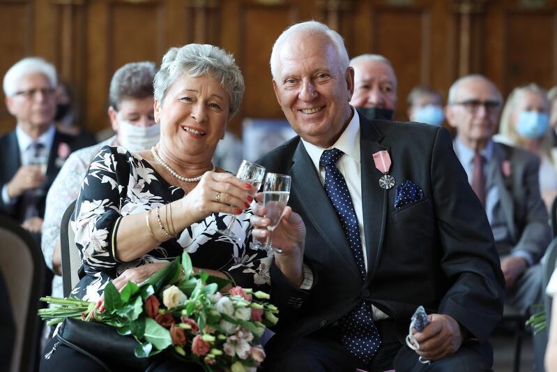 W środę, 8 września 2021 r., w Dworze Artusa, zastępca prezydent Gdańska Piotr Borawski wręczył pamiątkowe odznaczenia za długoletnie pożycie małżeńskie