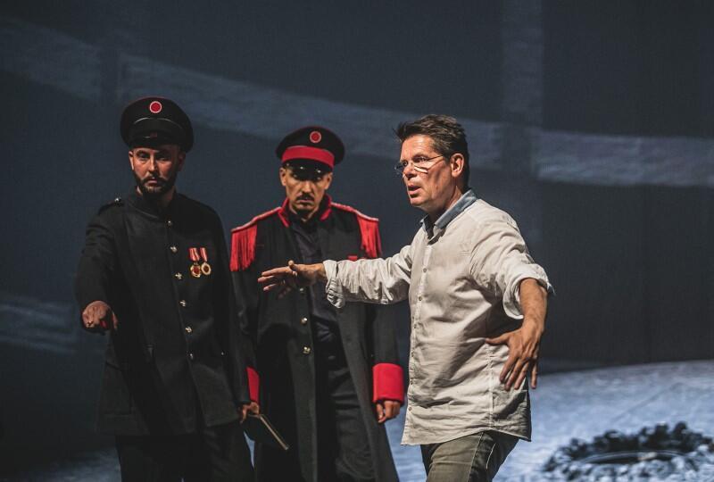 Michael Sturm, reżyser Fidelia , podczas prób do spektaklu