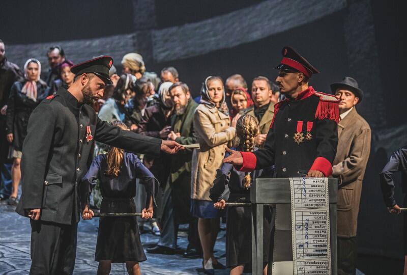 Premiera Fidelia  w reżyserii Michaela Sturma odbędzie się w Operze Bałtyckiej w piątek, 10 września 2021 r. (Na zdjęciu: Łukasz Konieczny, Artur Janda oraz chór Opery Bałtyckiej w Gdańsku)