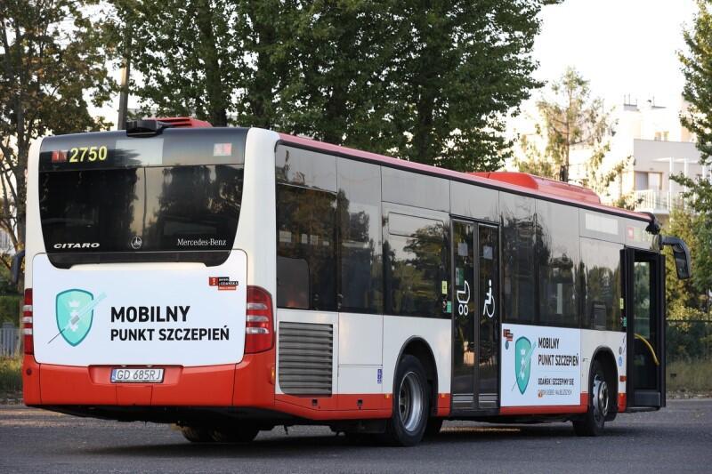 Autobus z napisem Mobilny Punkt Szczepień