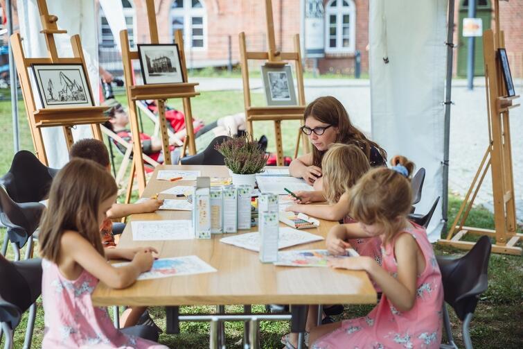 Gradova oferuje prelekcje, ciekawe warsztaty i działania artystyczne, dla których motywem przewodnim są gdańskie legendy. To sposób na umacnianie tożsamości i aktywizowanie lokalnej społeczności