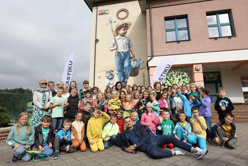 Odsłonięcie muralu w ramach Kampanii Gdańsk bez plastiku na budynku Szkoły Podstawowej nr 85. Autorem muralu jest trójmiejski artysta Marek Looney Rybowski