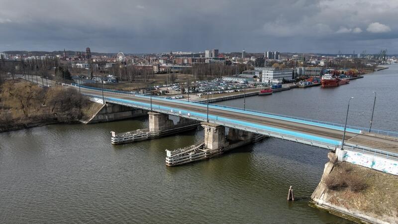 Most Siennicki został oddany do użytku w 1912 roku jako most zwodzony. Od 1947 roku funkcjonuje jako most stały. Z uwagi na zły stan pod koniec lat 80-tych obiekt został rozebrany i wybudowany na nowo