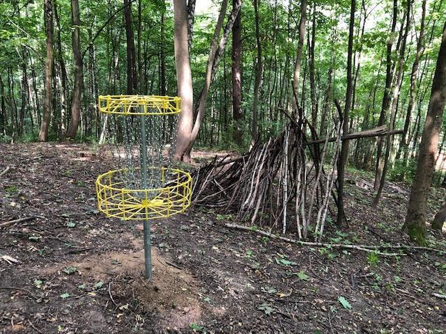 Tak wyglądają metalowe kosze do gry w disc golfa