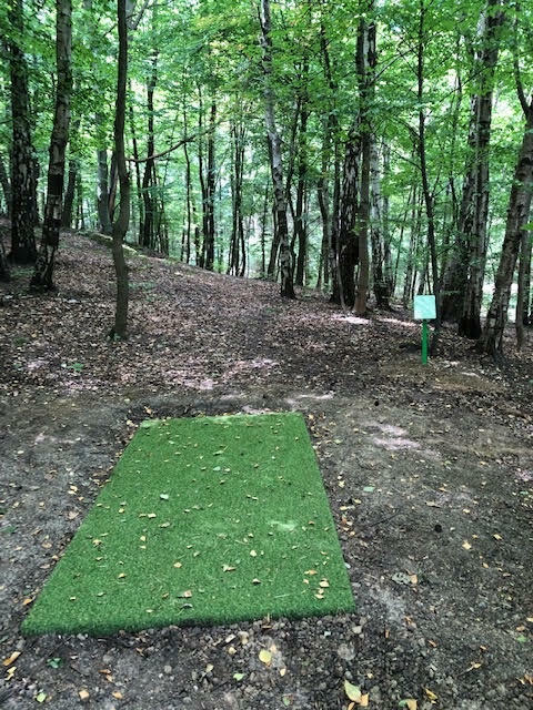 Tak wygląda tor rozbiegowy dla zawodników grających w disc golfa
