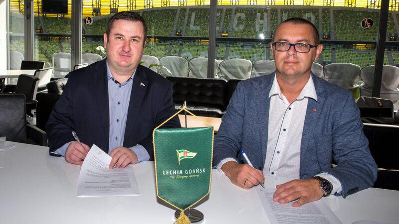Paweł Żelem (z lewej) i Paweł Cięszczyk podpisują umowę o współpracy