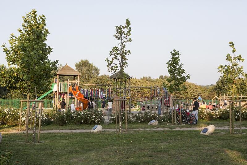 W 2006 roku na przedłużeniu ul. Obrońców Wybrzeża i Jagiellońskiej otwarta została Kraina Zabawy - największy w Gdańsku plac zabaw dla dzieci z wielopoziomowym Skate Plaza - miejscem jazdy na rolkach i deskorolce.