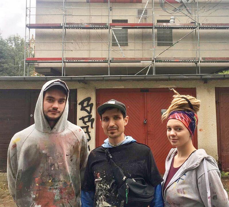 Twórca muralu Sebastian Bożek (w środku) i jego współpracownicy Katerina Bisharieva i Olgierd Szopiński