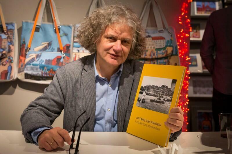 Maciej Kosycarz w Galerii Sztuk Różnych podczas promocji wydanego przez siebie albumu papieskiego