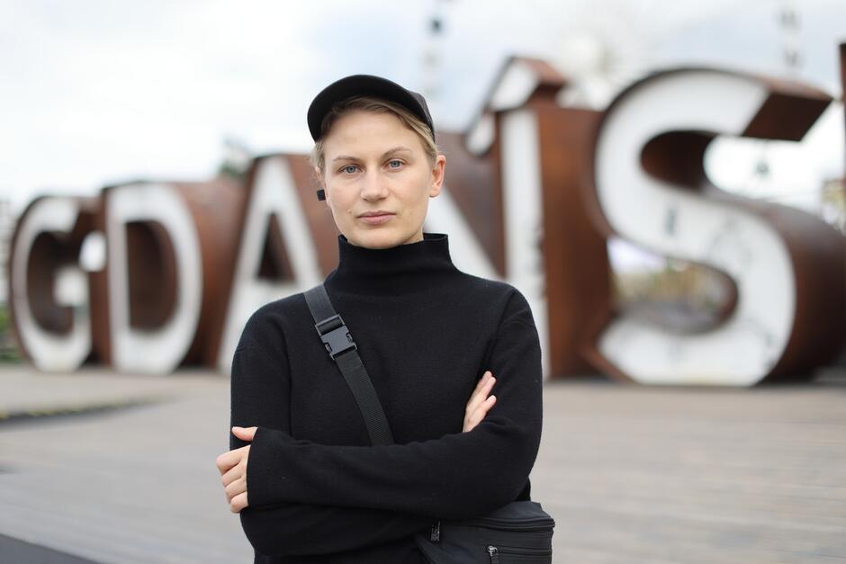 Lesia Pcholka jest artystką i aktywistką - w 2016 roku artystka stworzyła niezależną inicjatywę społeczno-kulturalną VEHA, zajmującą się zbieraniem i katalogowaniem amatorskich zdjęć archiwalnych. W ten sposób promuje białoruskie tradycje