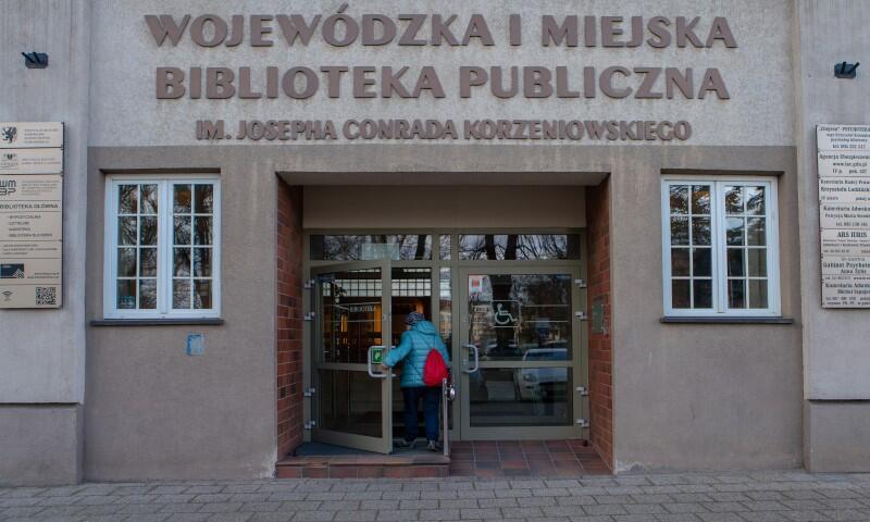 Wojewódzka i Miejska Biblioteka Publiczna im. Josepha Conrada Korzeniowskiego ma główną siedzibę w Gdańsku, na Targu Rakowym 5/6