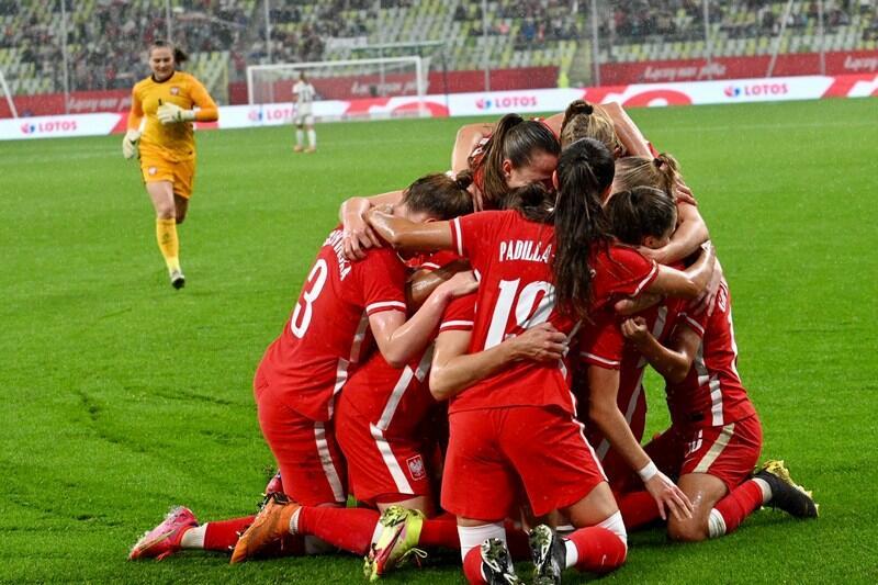 Radość po zdobyciu gola, z gratulacjami nadbiega bramkarka Anna Szymańska