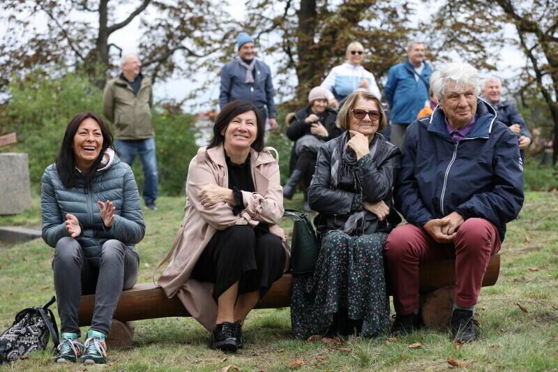 Mimo chłodnej, jesiennej już pogody na Winną Górę przybyła rodzina i znajomi Macieja Kosycarza Nz. żona Macieja Hanna (druga od lewej)