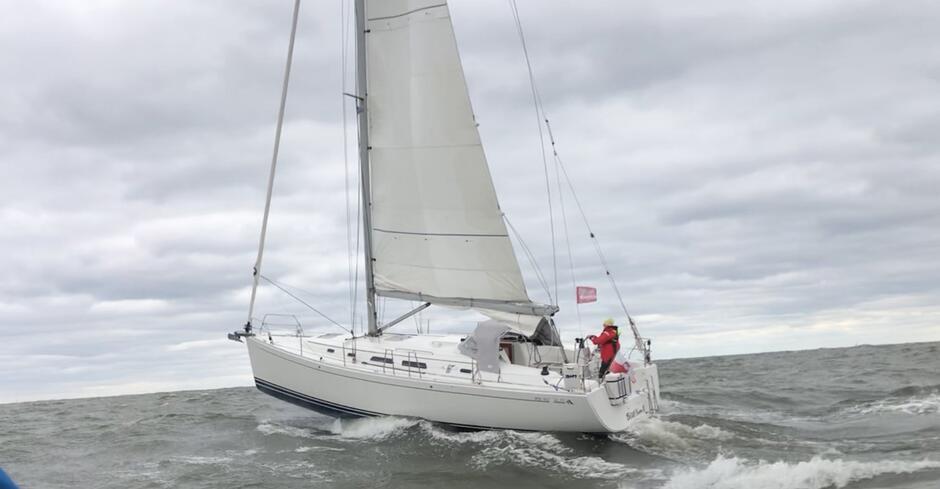 Na starcie zawodników powitały trudne warunki. Wiatr dość silny ale za to wysoka i krótka fala. Do tego niska temperatura. Na zdj. jacht Bluesina w drodze na linię startu.