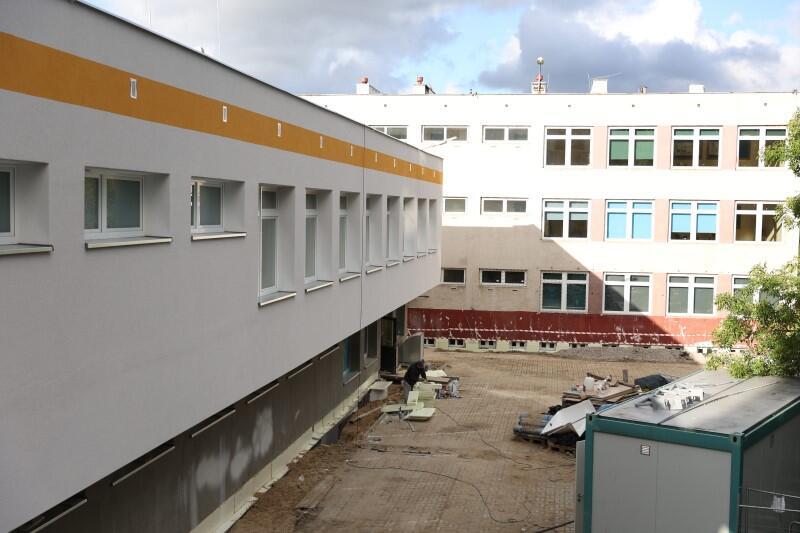Kończy się też modernizacja budynku szkoły, w ramach której m.in. wstawiono nowe okna