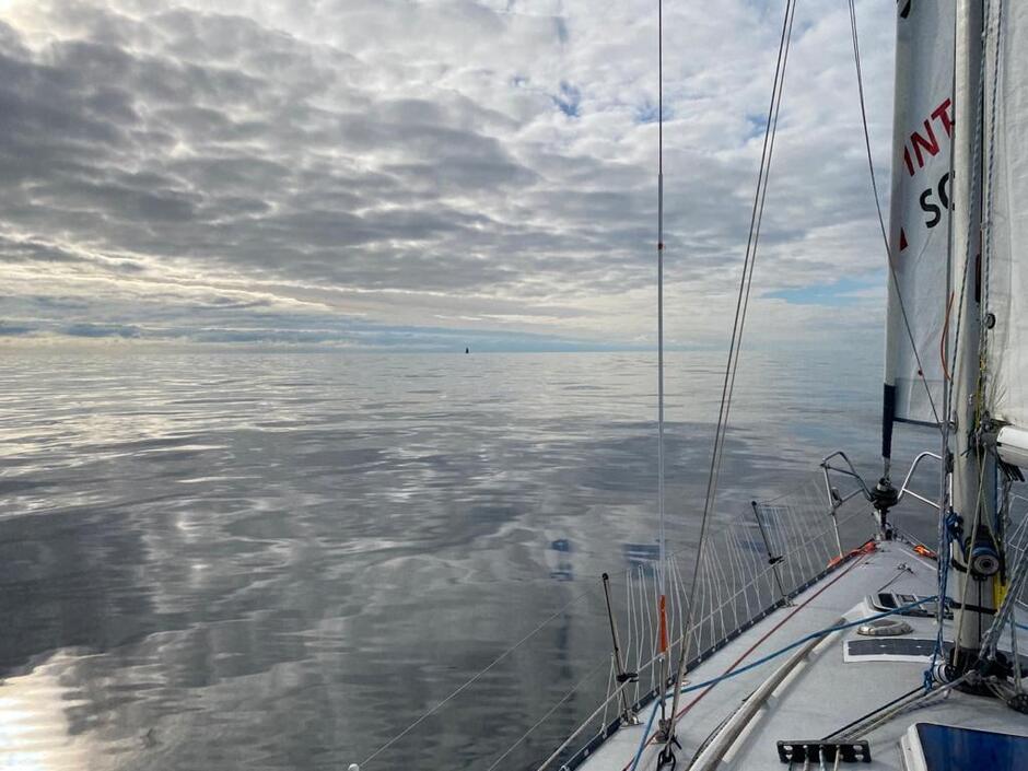 Tak wygląda Bałtyk z pokładu jachtu Double Scotch, dowodzonego przez Roberta Wilkowskiego. Na razie jest niemal zupełna cisza ale w czwartek ok. godziny 16 warunki będą już sztormowe. Będzie wiał wiatr stały powyżej 30w z południowego zachodu, skręcający na wiatr zachodni. Porywy - do 48w.