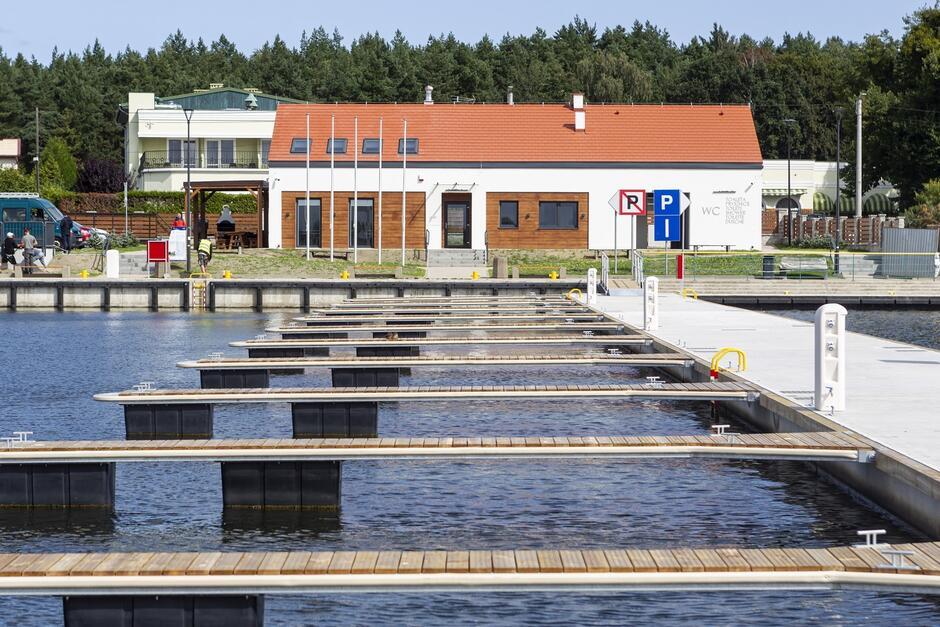Nowa przystań powstała zprefabrykowanych pomostów pływających ztrapami zejściowymi, które tworzą zamknięty port wkształcie litery C