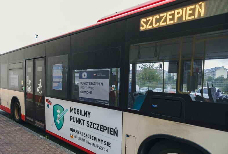 Mobilny Punkt Szczepień to przystosowany autobus o numerze bocznym 2730, który na czas akcji szczepień udostępniła miejska spółka Gdańskich Autobusów i Tramwajów