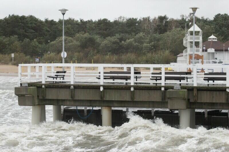 Wichury nad morzem są groźne, ale i piękne. Nz. wzburzone wody Zatoki Gdańskiej widziane z mola w Brzeźnie
