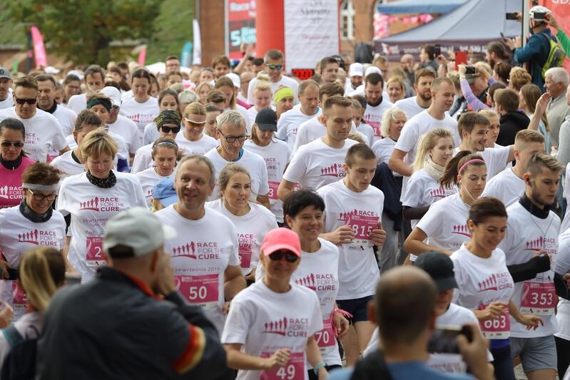Uczestniczki i uczestnicy Race for the Cure mają do wyboru dwie dyscypliny: nordic walking i bieg