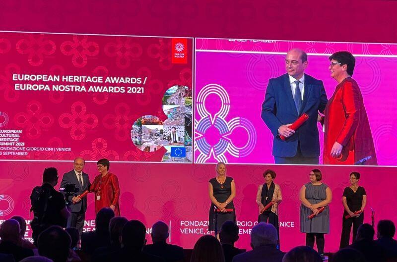 Moment odebrania nagrody przez dyrektora ECS Basila Kerskiego