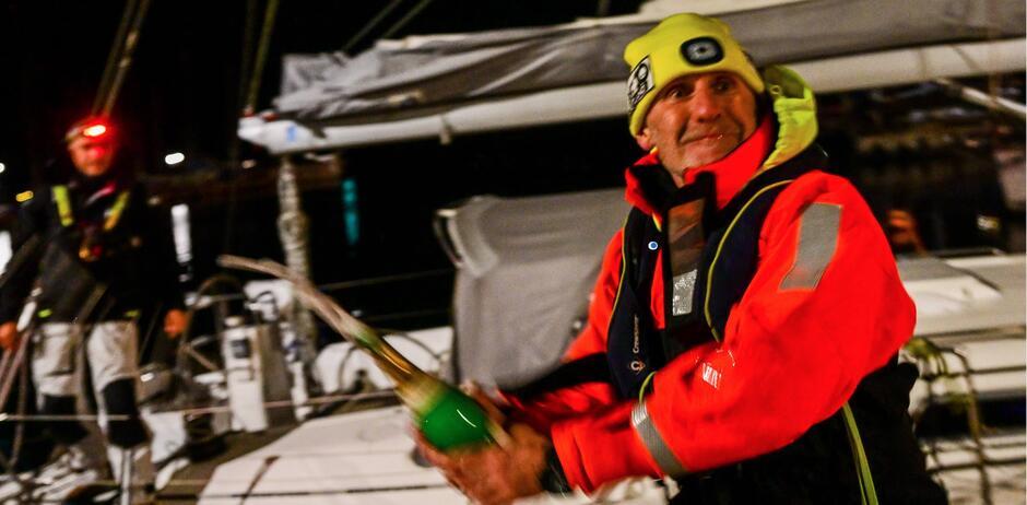 Radość po dotarciu do mety. Piotr Falk dojechał  jako pierwszy z grupy jachtów, które przeczekiwały najgorszą pogodę przy wybrzeżach Gotlandii