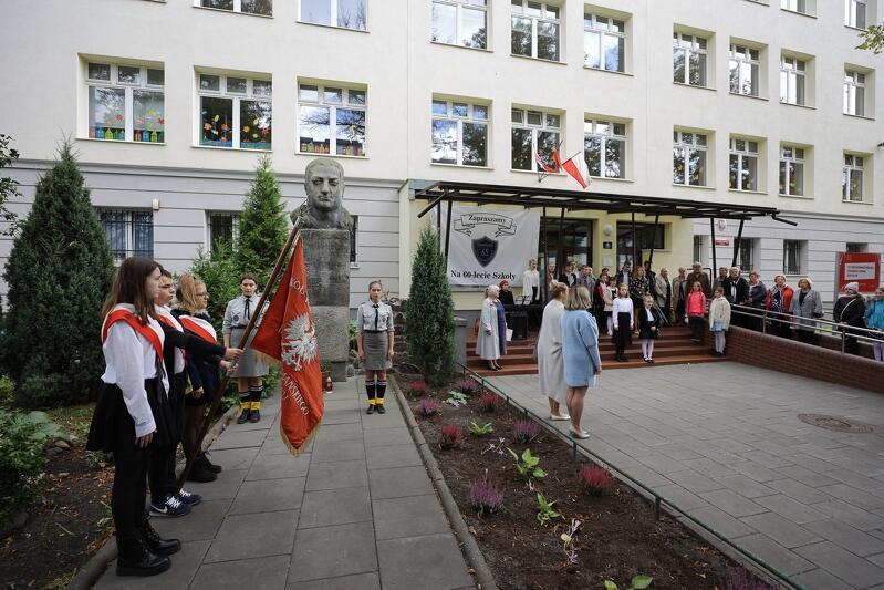 Uroczystości jubileuszowe rozpoczęły się przed gmachem SP 65, przy pomniku Alfa Liczmańskiego